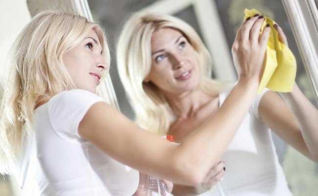 Как помыть зеркало без разводов: проверенные способы
