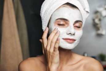 3 домашние маски для лица, которые подтягивают кожу и разглаживают морщины